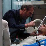 El doctor House con un paciente en la octava temporada