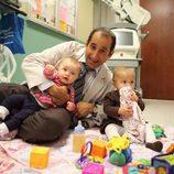 Taub jugando con sus hijas en el suelo