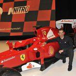 El probador de Ferrari, Marc Gené posa junto al ferrari
