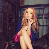 Freya Mavon sentada en unas escaleras