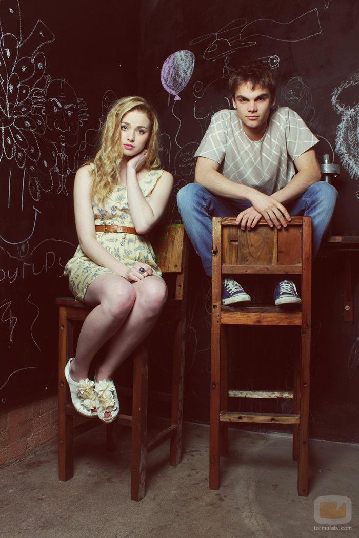 Freya Mavon y Sam Jackson en unas sillas de madera