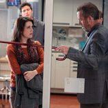 El doctor House impide el paso a una mujer