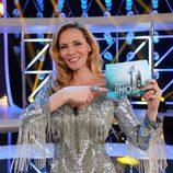 Paula Vázquez señala el logo de 'El número uno'
