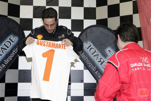 David Bustamante mira su camiseta