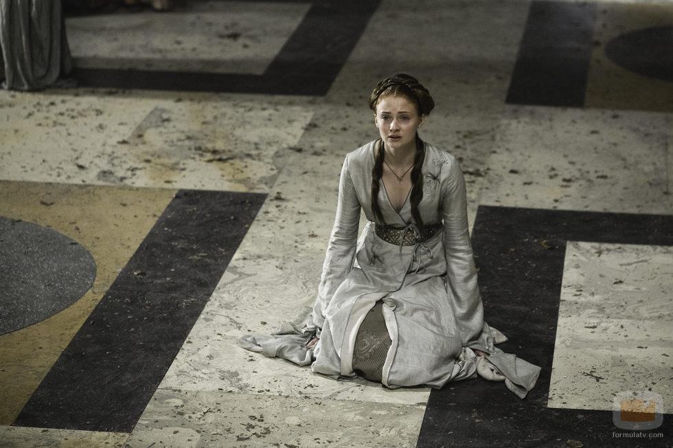 Sansa Stark (Sophie Turner) llora en 'Juego de tronos'