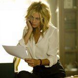 Sara observa un papel mientras hablo por teléfono