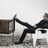 Andreu Buenafuente con los pies sobre el televisor