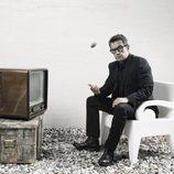 Andreu Buenafuente junto a un televisor