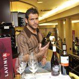 Iván Hermés sujeta una botella de vino