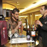 Iván Hermés, catando un vino blanco
