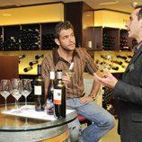 Iván Hermés en una tienda de vinos de Madrid