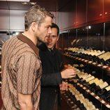 Iván Hermes observa la variedad de vinos