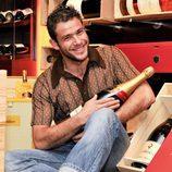 Iván Hermes posa con una botella de vino
