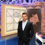 Jorge Javier posa frente a los decorados de su nuevo programa