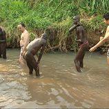 Juan Carlos y Elio en se dan un baño en el rio