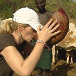 Maria de la familia Berhanyer bebe sangre de vaca