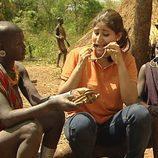 La tribu Suri enseña una tradición a Liz