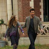 Ben agarra a su hija Violet por el brazo