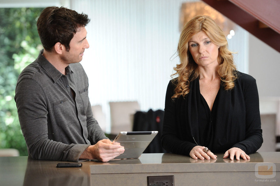 Los actores Connie Britton y Dylan McDermott comparten una escena
