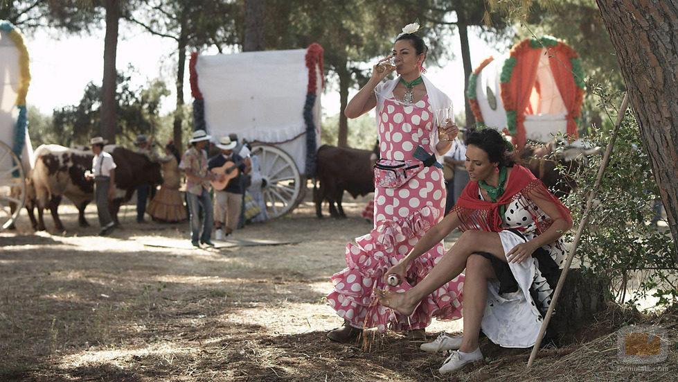 La actriz Patricia Vico se echa un refresco en el pie