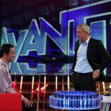 Carlos Sobera habla con un concursante de 'Avanti'