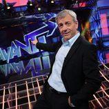 Carlos Sobera señala el logo de 'Avanti'