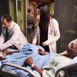 El doctor Taub y la doctora Jessica tratan a un paciente