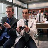 El doctor House y Taub juegan a un videojuego