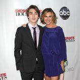 Brenda Strong y su hijo en la fiesta final de 'Mujeres desesperadas'