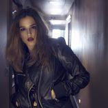 Marina Salas con una chaqueta de cuero negra y los labios rojos