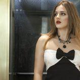 La actriz de 'El Barco', Marina Salas posa con un vestido blanco y negro