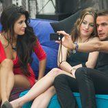María y Pepe se hacen una foto con Sindia en 'Gran Hermano'