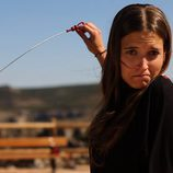 Ana Fernéndez con la vara para medir el aceite