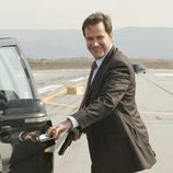 Peter Burke (Tim DeKay) entrando a un coche