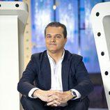 Ramón García posa sentado en el plató