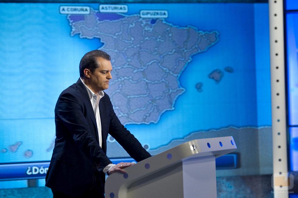 Ramón Garcia, concentrado, en el plató del concurso de La 1