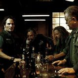 Los protagonistas de 'Hijos de la anarquía' en un bar