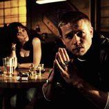 Jax en una mesa del bar