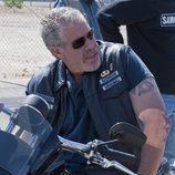 Clay sentado en su moto en la cuarta temporada de 'Hijos de la anarquía'