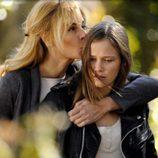 Sara le da un beso a su hija Leire