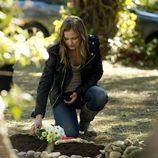 Leire pone una flores sobre la tumba de su perro