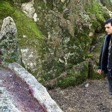 Nacho frente a la roca ensangrentada en 'Luna, el misterio de Calenda'