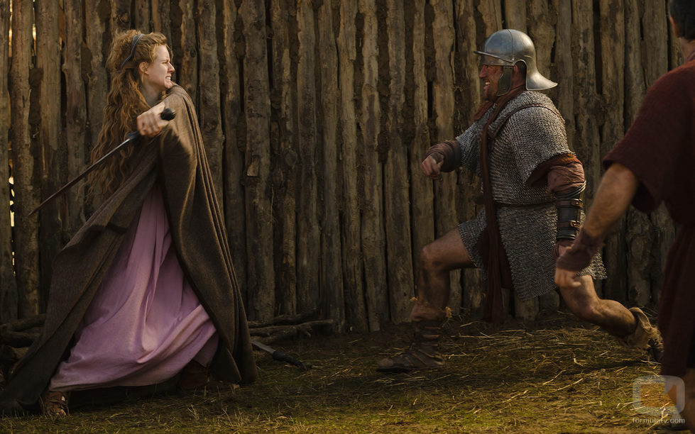 Helena (Manuela Vellés) ataca a un romano con su espada en 'Hispania'