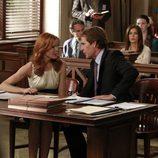 Bree habla con su abogado Trip Weston durante su juicio en 'Mujeres Desesperadas'
