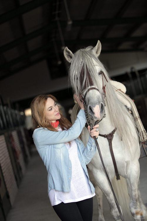 Marta Hazas posa con su caballo en 'Bandolera', Capricho
