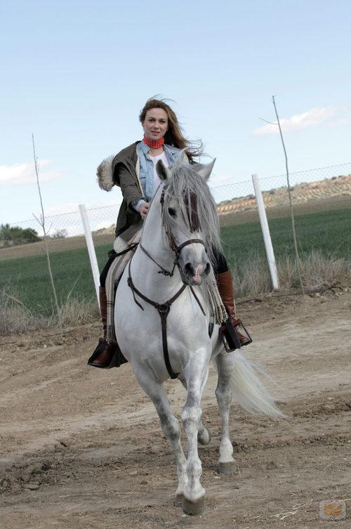 La actriz de 'Bandolera', Marta Hazas, con su caballo