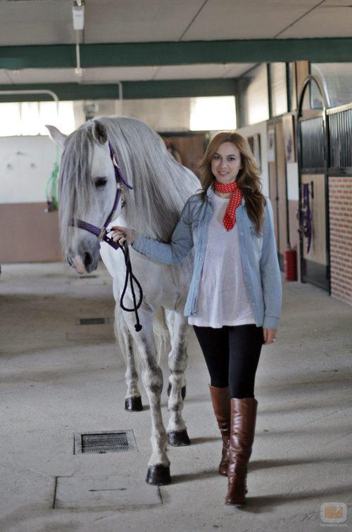 Marta Hazas con Capricho, su caballo en 'Bandolera'
