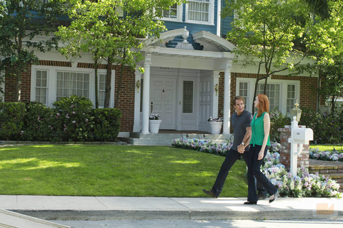 Bree y su abogado Trip Weston caminan por Wisteria Lane en 'Mujeres Desesperadas'