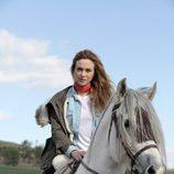 Marta Hazas con Capricho, su caballo en la serie 'Bandolera'