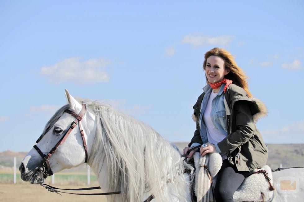 Marta Hazas posa Capricho, su caballo en 'Bandolera'